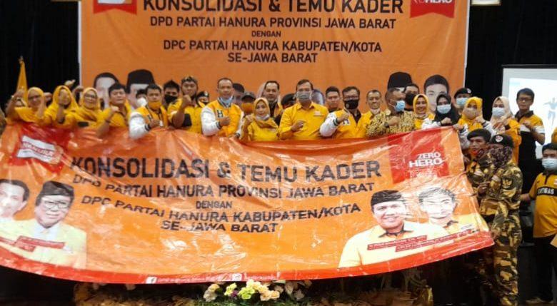 Photo of Dian Rahadian, S.H, M.H Resmi Lantik Een Rosmiyati jadi Ketua DPC Kota Cirebon