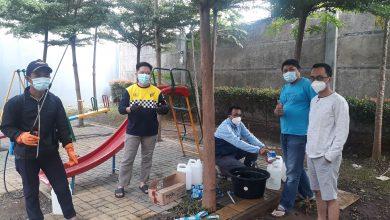 Photo of Warga di Antapani City Mas Inisiatif Semprot Disinfektan ke Rumah-rumah